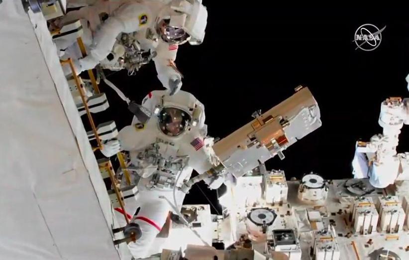 تعویض باتری های ایستگاه فضایی در راهپیمایی فضایی فضانوردان ناسا