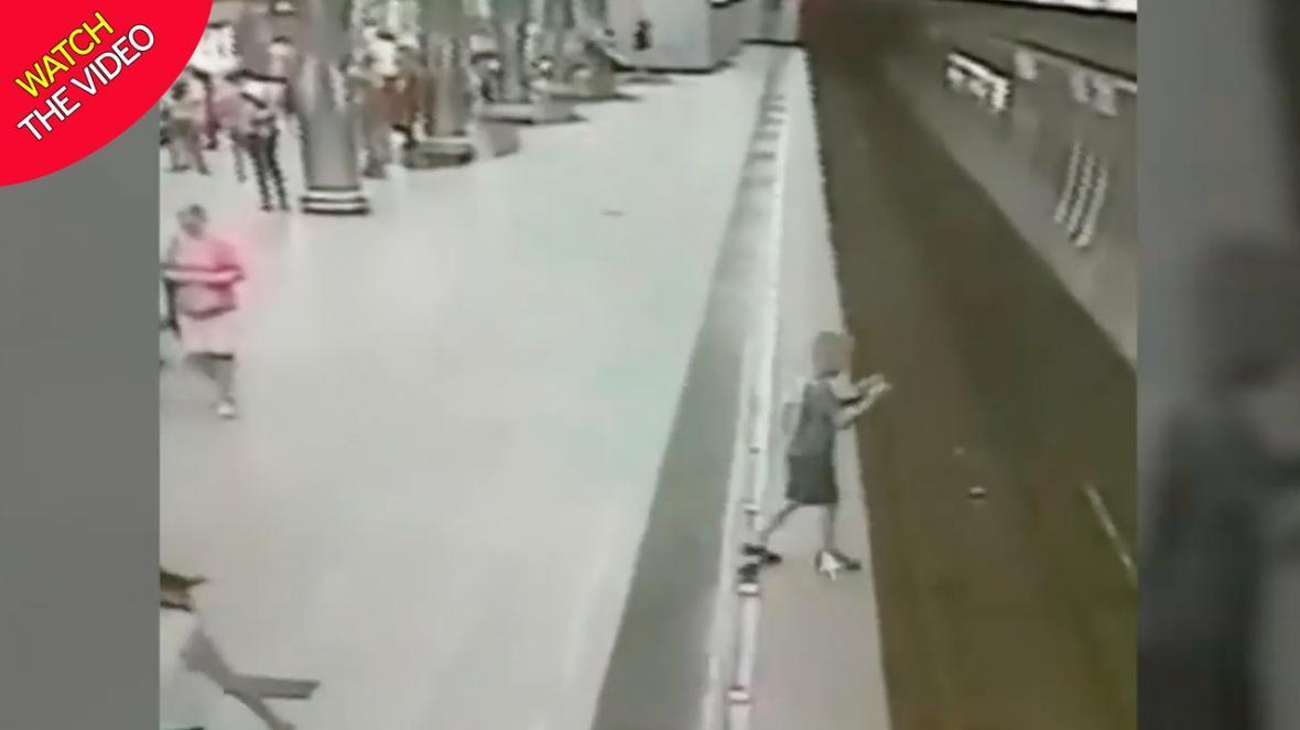 سقوط کودک به داخل ریل قطار به دلیل بازی تلفن همراه!